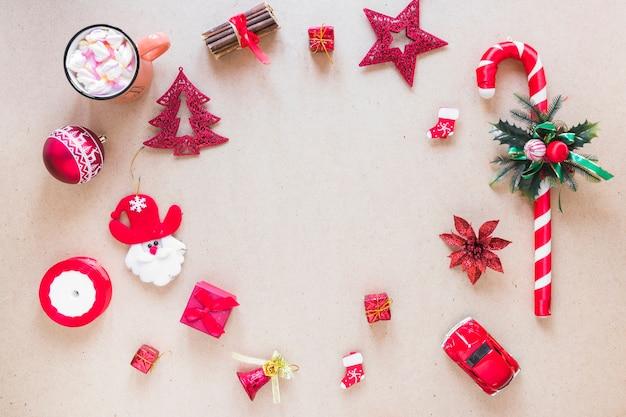 Набор рождественских украшений возле чашки