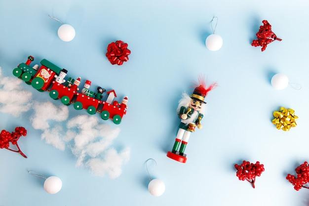 Набор елочных игрушек с щелкунчиком, игрушечным поездом и шарами