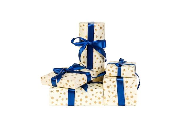 파란색 리본이 달린 금색 종이에 크리스마스 또는 기타 휴일 수제 선물 세트. 흰색 배경, 상위 뷰를 격리합니다. 추수 감사절 선물 상자 개념입니다.