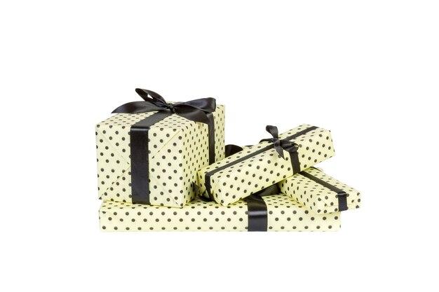 Набор рождества или другого праздника ручной работы в желтой бумаге с черной лентой. изолированные на белом фоне, вид сверху. концепция подарочной коробки благодарения.