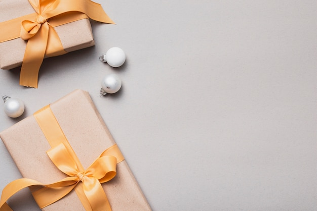 Набор рождественских подарков с золотой лентой и глобусами