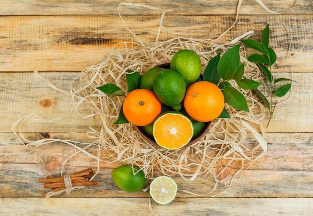 木の板にシナモンと柑橘系の果物のセット