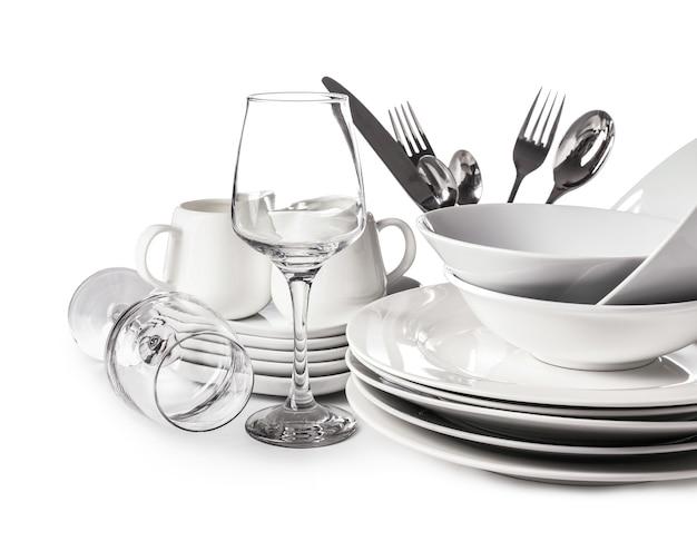 Набор чистой посуды на белом столе