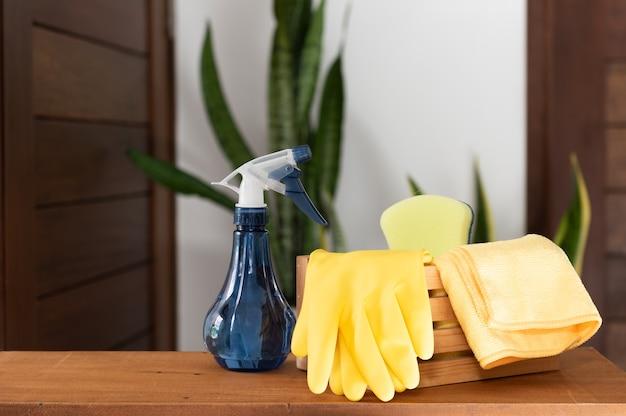 Набор чистящих средств на деревянном столе