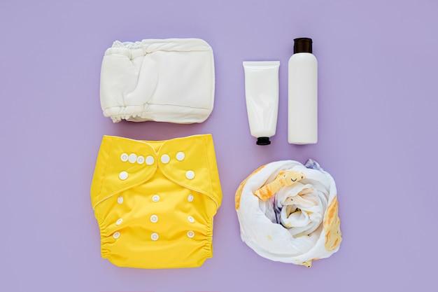 Набор тканевых подгузников, муслиновых пеленок, детской косметики и детских вещей. экологичные тканевые подгузники для новорожденных. концепция детской гигиены.