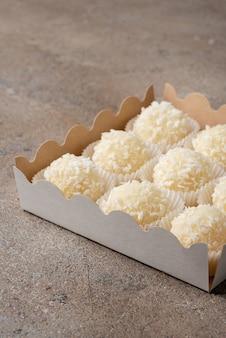 ホワイトチョコレートで作られたココナッツトリュフのセット