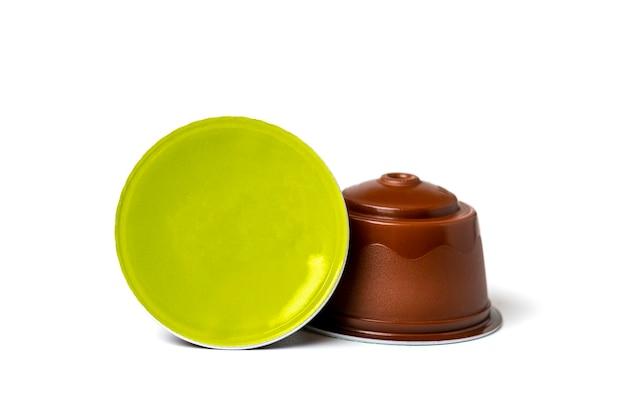 Набор кофейных капсул, жареных зерен, изолированные на белом