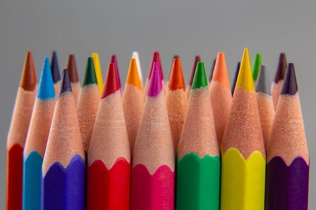 회색 바탕에 색 연필의 집합입니다. 그리기 도구. 창의력 팔레트 프리미엄 사진