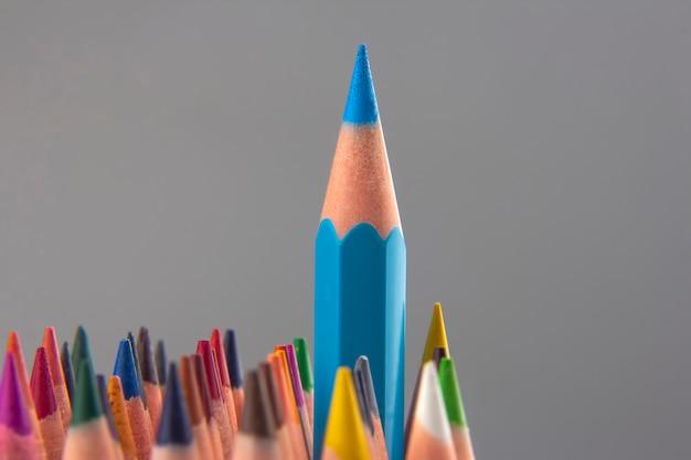 회색에 색 연필 세트