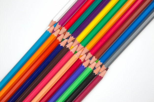 흰색 바탕에 색 연필의 집합입니다. 그리기 도구. 창의력의 팔레트