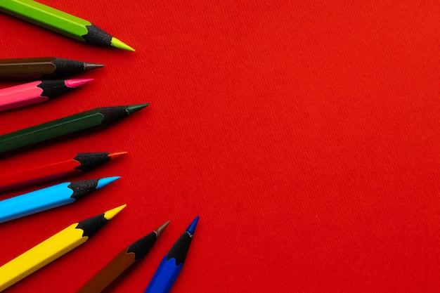 赤いテーブルトップビューに色鉛筆のセット