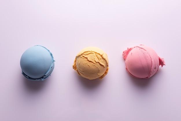 Набор цветных шариков мороженого на белом фоне. Premium Фотографии