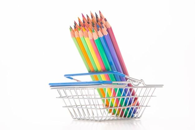 Набор цветных карандашей для рисования в корзине. маркетинг в продажах бизнеса