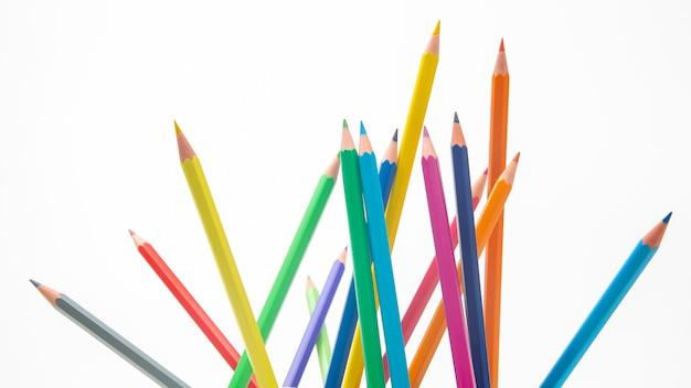 Набор цветных карандашей для рисования на белом фоне. маркетинг в продажах бизнеса