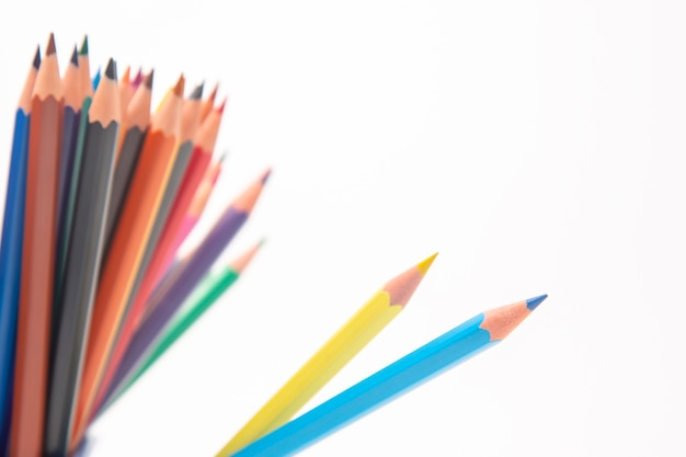 흰색 바탕에 그리기위한 색연필의 집합입니다.