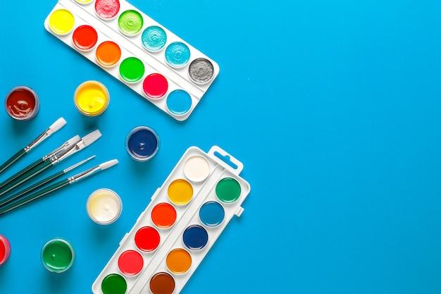회화와 드로잉을위한 다채로운 액세서리 세트입니다.