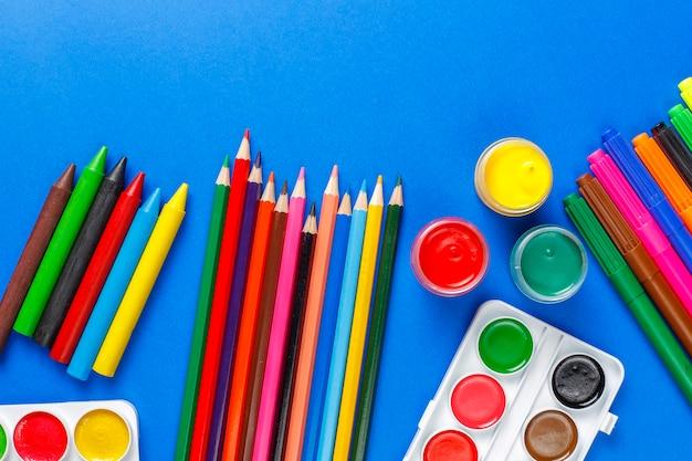 Набор красочных аксессуаров для рисования и рисования.