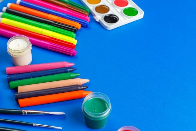 絵を描いたり描いたりするためのカラフルなアクセサリーのセット。