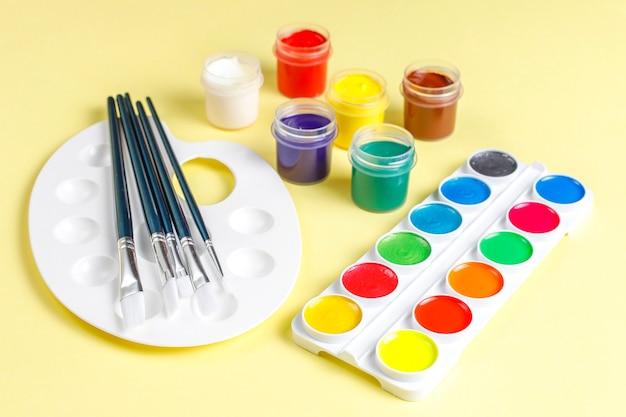 페인팅 및 드로잉을 위한 다채로운 액세서리 세트입니다.