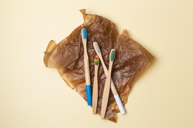 다채로운 대나무 칫솔 세트입니다. 제로 폐기물, 플라스틱 무료, 친환경 유기농 제품 개념. 고품질 사진