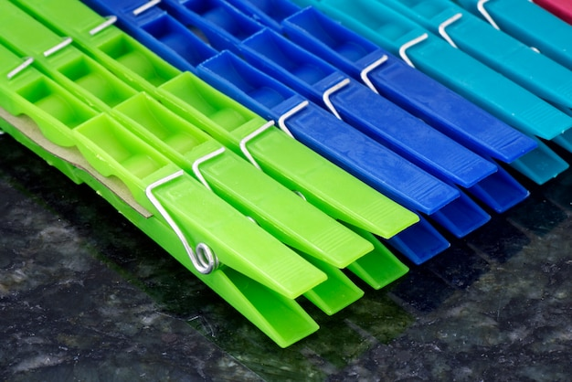 Набор красочных прищепок, выровненных в геометрической композиции