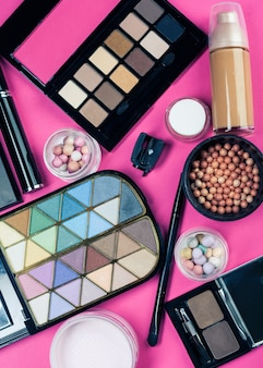 핑크 테이블에 화려한 화장품 세트