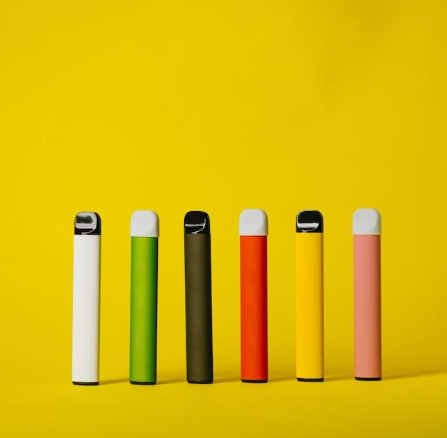 影付きのカラフルな使い捨て電子タバコのセットです。現代の喫煙、vapingおよびニコチンの概念。