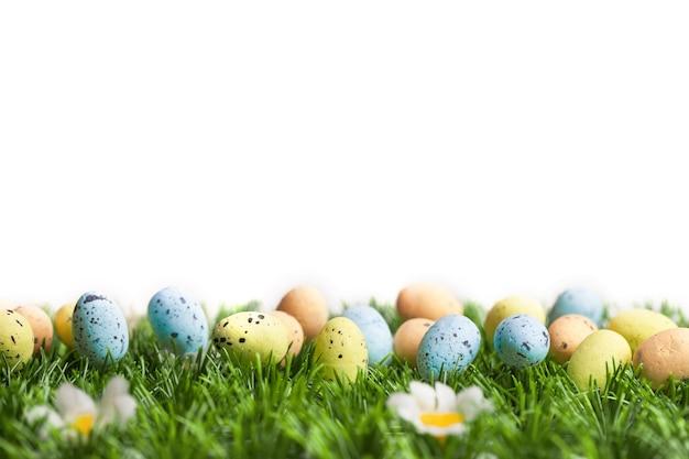白で隔離のカラフルなイースター卵のセット