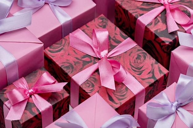 핑크 톤의 리본으로 다채로운 선물 상자 세트