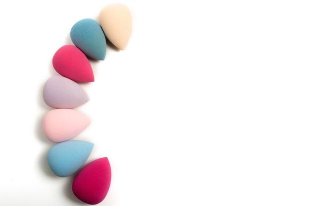 Набор красочных блендеров красоты макияж на белом фоне. место для текста