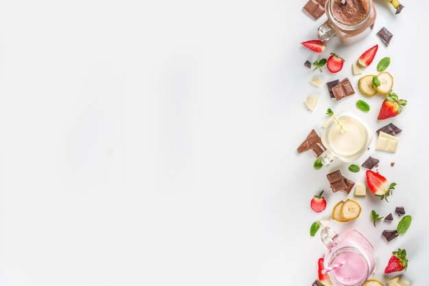 다채로운 밀크 쉐이크 또는 스무디 세트