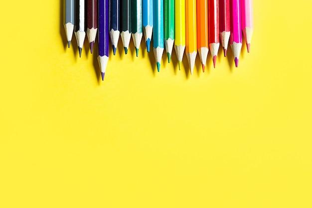 노란색 바탕에 화려한 연필 세트입니다.