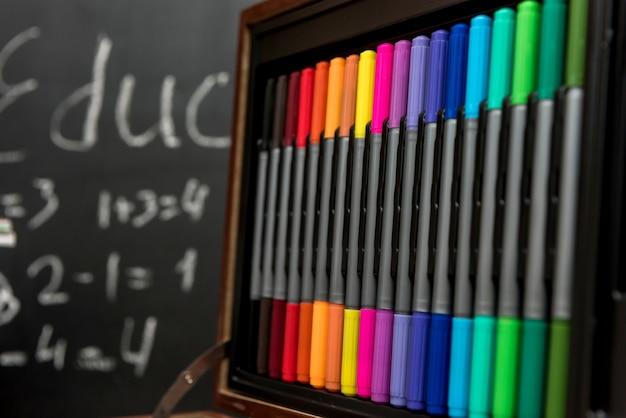 カラフルな鉛筆のセット。木製の箱に入った学用品。教育の概念。