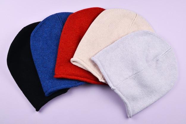 カラフルな暖かい帽子のセット。