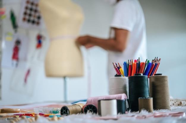 スタジオで色鉛筆と裁縫道具の機器のセット