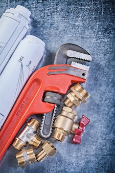 Набор строительных инструментов на деревянной доске