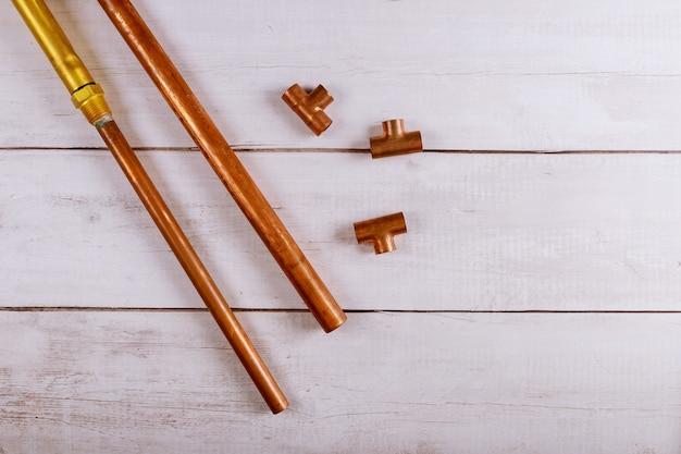 木の板上の銅配管配管住宅改善ツールのセット