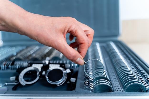 Набор корректирующих линз. набор очков для проверки зрения. концепция офтальмологии. рука линзы.