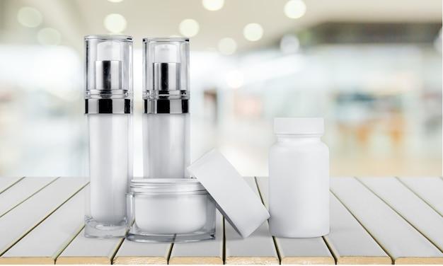 分離された白い容器の化粧品のセット