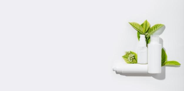 Набор косметических продуктов в белых тубах с пустым пространством для маркировки этикетки. натуральная косметика для ухода за кожей тела. крем для глаз, лица и тела