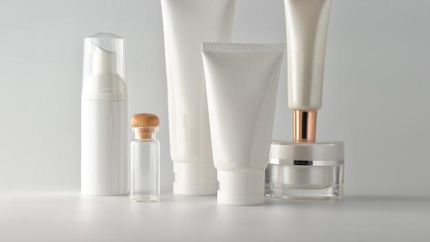 Набор косметических продуктов на белом фоне.