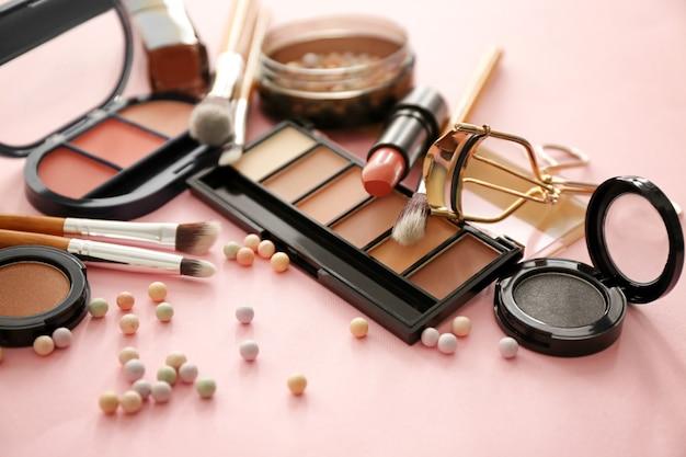 Набор косметических продуктов на розовом