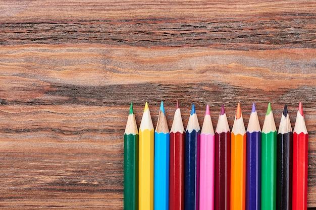 Набор цветных карандашей по дереву. урок рисования.
