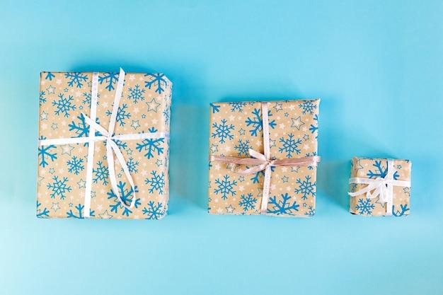 리본 및 선물 가득한 삽화와 함께 cristmas 상자 세트.