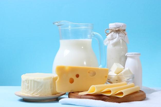 Набор молочных продуктов на столе