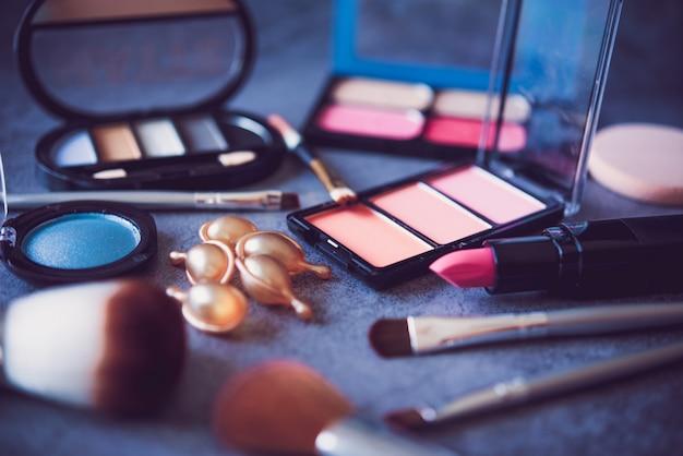 女性のための装飾的な化粧品のセット