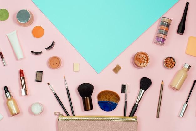 색상 배경에 장식 화장품 세트입니다. 메이크업 화장품 도구 배경