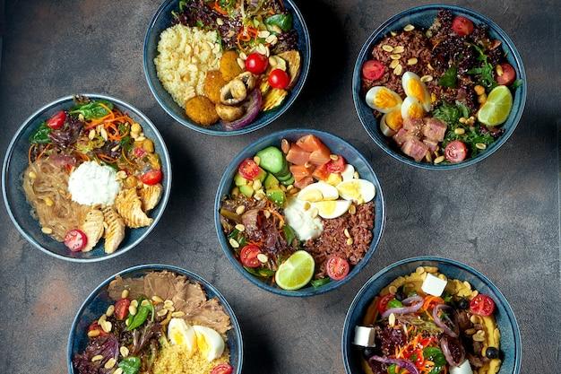 シーフード、肉、野菜とファラフェルのさまざまな仏丼のセット。健康食品。メニューの写真。上面図、フラットレイ