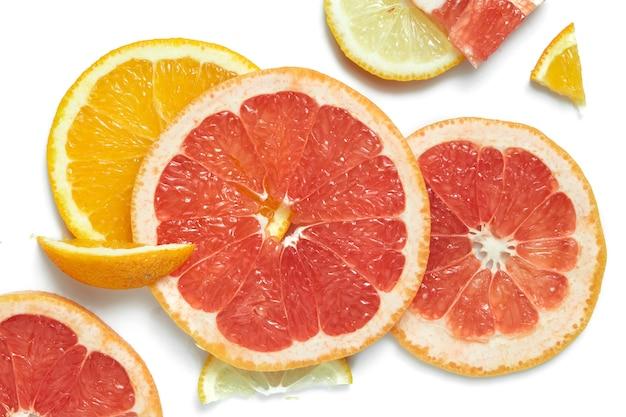 Набор кусочков различных фруктов, изолированные на белом столе. лето и здоровая концепция