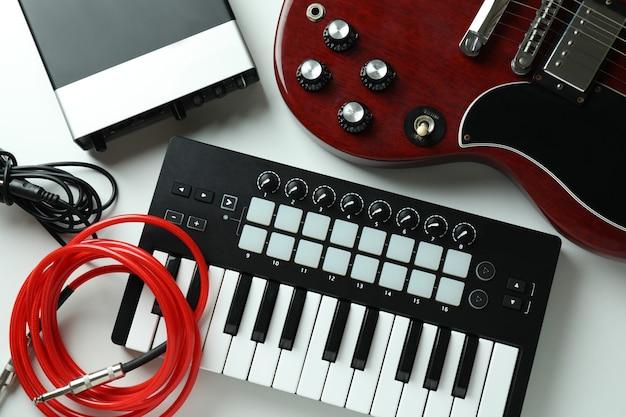 Набор различных музыкальных инструментов на белом фоне.